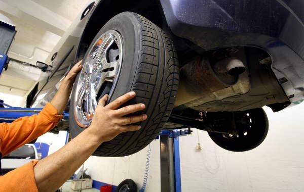 Reifenkontrolle bei der Hauptuntersuchung