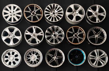 Leichtmetallfelgen sind in verschiedenen Ausführungen, Designs und Materialien erhältlich.