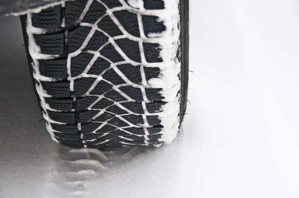 Bei Schnee und Eis müssen Winterreifen eine gute Traktion aufweisen.