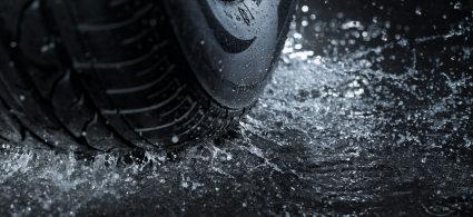 Wasser auf der Fahrbahn kann dazu führen, dass ein Reifen die Bodenhaftung verliert.