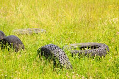 Ausrangierte Reifen auf einer Wiese.
