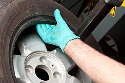 Die professionelle Reifenmontage wird mithilfe einer Reifenmontiermaschine durchgeführt.