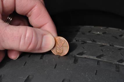 Die regelmäßige Kontrolle der Profiltiefe ist ein wichtiges Kriterium bei der Reifenpflege.