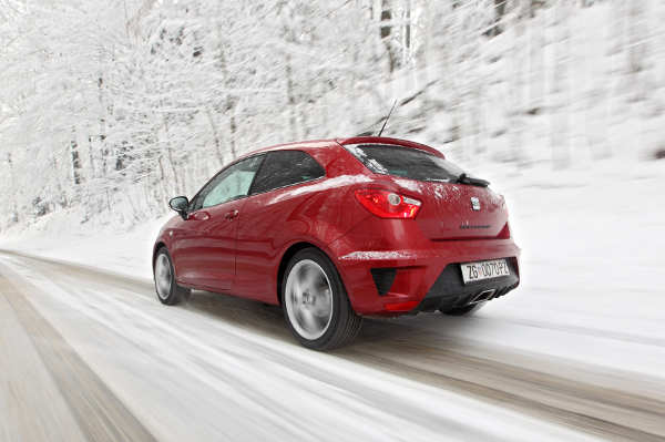 Auto auf einer verschneiten Straße
