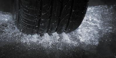 Was tun bei Aquaplaning? – Gute Reifen minimieren das Risiko