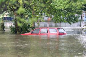 Zahlt die Kfz-Versicherung bei Hochwasserschäden am Auto?