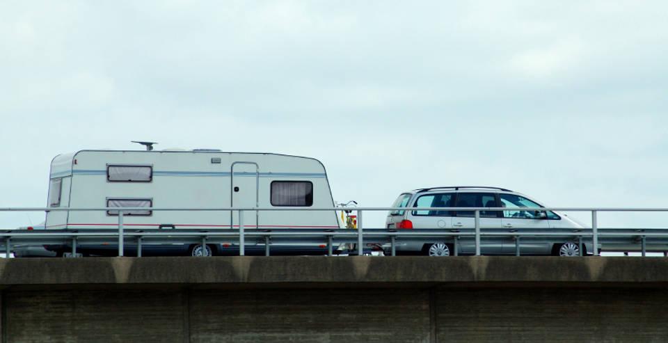 Auto mit Wohnwagen-Anhänger